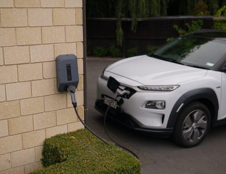 Stacje do ładowania samochodów elektrycznych – jakie dają oszczędności?